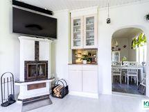 Olohuone, taustalla keittiö.