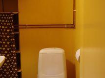 Pieni wc-tila, jossa talon lämminvesivaraaja