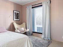 Kolmanteen yläkerran makuuhuoneista mahtuu hyvin kaapistoja tarvittaessa