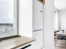 Ikkuna tuo valoisuutta keittiöön