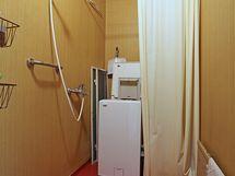 Kylpyhuone laajennusosassa