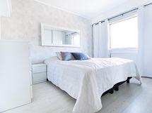 vaalea ja tilava makuuhuone