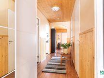 Näkymä ovelta asuntoon, oikealla mh 1 ja edessä olohuone