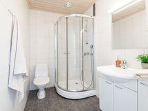Yläkerran wc, jossa myös suihku.