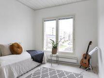 Makuuhuone ja ikkunat takapihalle