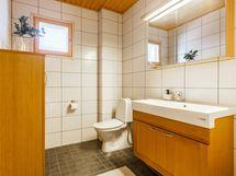 Yläkerran wc:ssä suihkuvaraus