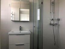 Juuri putkiremontista valmistunut tilava kylpyhuone.