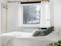 Makuuhuoneessa on myös peiliovelliset kaapit.