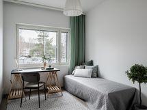 Kuva Hiihtäjän stailatusta A1 huoneiston makuuhuoneesta