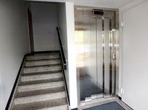 Porraskäytävä ja hissi.
