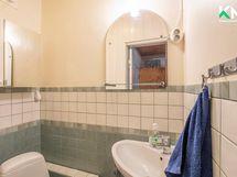 Talossa on kaksi erillistä wc:tä