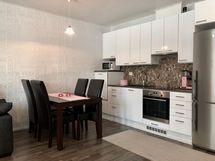 Keittiö ja olohuone yhtenäistä tilaa.
