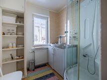 yläkerran kylpyhuoneita ja pienoiskeittiöitä