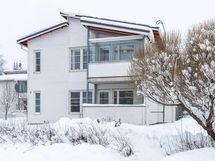 Ylempi parvekkeista kuuluu asunnolle. Kuva otettu Atturintieltä.