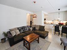 Olohuone, keittiö ja ruokailutila ovat yhtä suurta tilaa.
