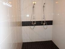 Pesuhuone kahdella suihkulla.
