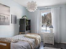 Alakerran valoisa makuuhuone