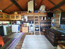 Saunassa tuvan puolella on mukavasti tilaa, ja sitä voi hyödyntää vaikka vierasmökkinä.