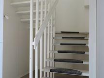 Portaikko yläkertaan makuuhuoneisiin ja saunaan.