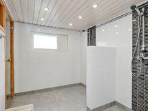Yhteisen saunan pesuhuone/ Det gemensamma bastuns tvättrum.