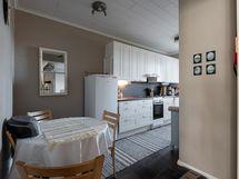 Keittiönäkymä olohuoneesta