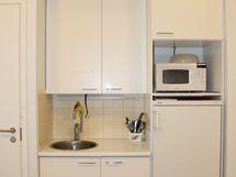 Keittiönurkasta löytyy tarpeelliset elementit eväille.