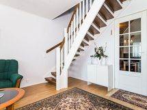 Olohuonetta ja portaat yläkertaan, kuva v. 2014