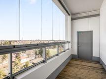 Taloyhtiön sauna- ja kerhotilojen terassiparveke yhdeksännessä kerroksessa