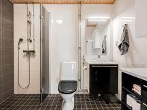 Kodin kylpyhuone on tyylikäs ja toimiva kokonaisuus.