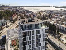 Ylimmän kerroksen terassi ja maisemahuone ovat asukkaiden yhteiskäytössä.