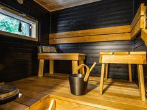 Kerrassaan upea sauna, minkä erikoisuutena irralliset istuinosat, mitkä voit sijoitella mielesi mukaan, vierekkäin tai vastakkain