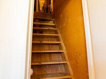 sekä portaat ullakolle