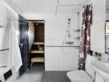 Kylpyhuoneessa on tilaa eri toiminnoille.