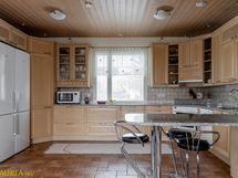 Laadukas keittiö, jossa on hyvin kaapisto-ja tasotilaa.