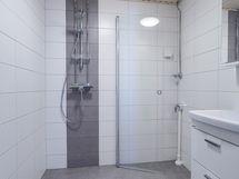 Kylpyhuoneeseen mahtuu hyvin pyykinpesukone