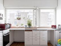 Tilava keittiö, ikkunat kävelykadun puolelle.
