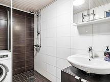 kylpyhuone ja wc yläkerrassa