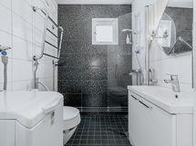 Näppärän kokoinen kylpyhuone on käynyt remontin vuonna 2012