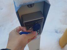 Ovi avataan hipaisuavaimella tai voi lunastaa kaukosäätöisen kulkuavaimen.