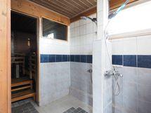Rantarakennuksen kylpyhuone.