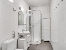 Erillinen wc suihkukaapilla