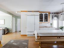 Eteisilat avautuu tilavaan ja valoisaan keittiöön ja olohuoneeseen.