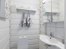 Makuuhuoneen ja kodinhoitohuoneen välissä sijaitsee kodin WC.