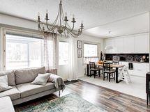 Keittiö ja olohuone avaraa yhteistä tilaa