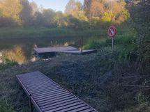 Vantaan-joen rannassa on kyläyhdistyksen ylläpitämä laituri, etäisyys n. 700 m talolta.