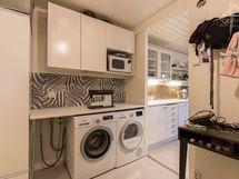 Kätevä kodinhoitohuone, vasemmalla lämminvesivaraaja, pesukone ja kuivausrumpu eivät sis. kauppaan