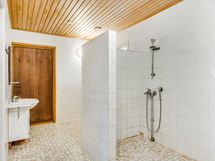Pesuhuonetta (suihkun laattaseinästä laattoja irti)