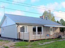 Asuinrakennuksessa on tilava terassi.