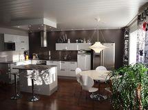Keittiötä olohuoneesta