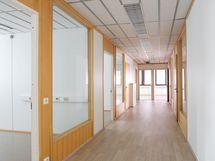 Käytävä, jonka varrella ovet toimistotiloihin